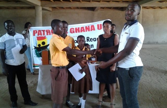 Patriots MUCG president present award to Madina Primary school 2